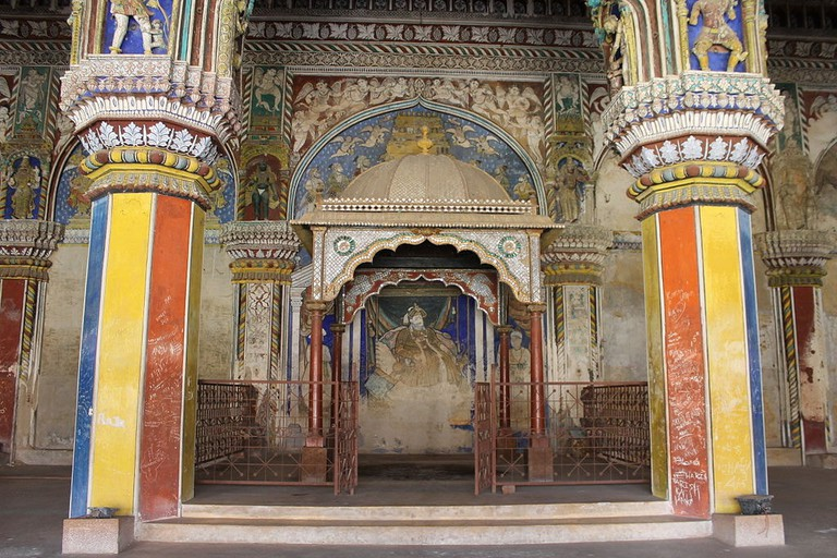 1024px-_Amazing_roof_paintings_and_pillars_Thanjavur_Palace_