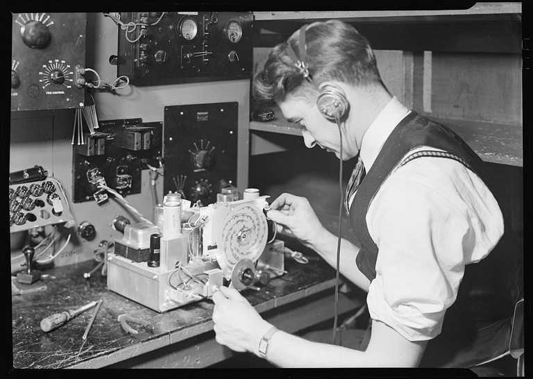 1024px-Camden,_New_Jersey_-_Radio._RCA_Victor._Final_Inspector_-_testing_radio_frequency_alignment_and_making_final_test_of..._-_NARA_-_518704