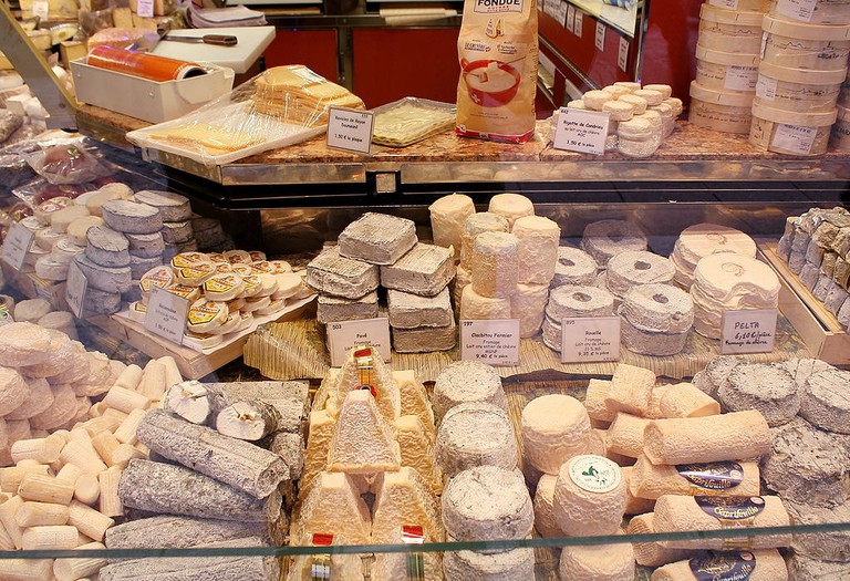 1024px-Chez_le_fromager