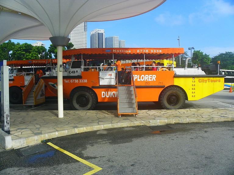 Captain_Explorer_DUKWs_in_Singapore_Flyer_20130209a
