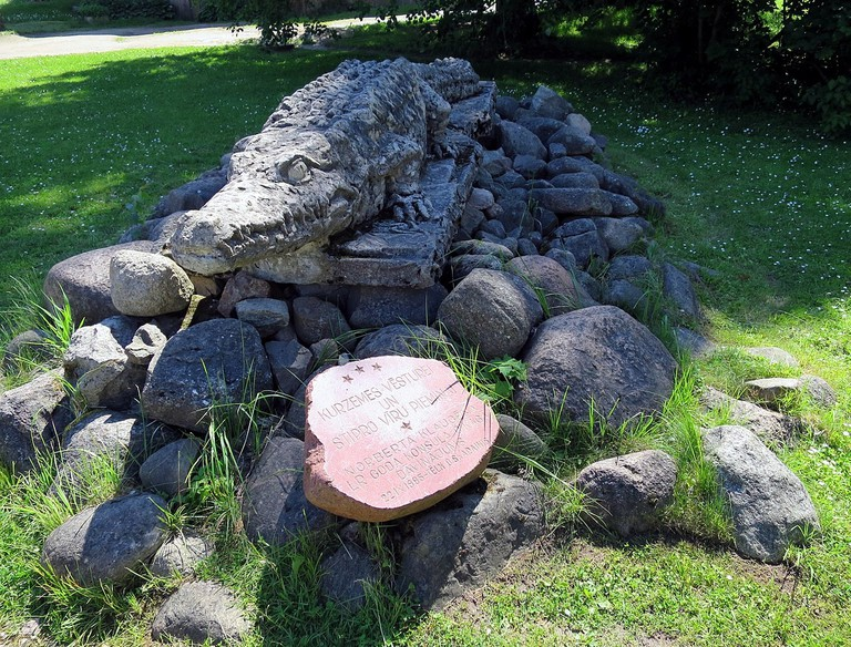 Crocodile monument in Dundaga, Latvia © Scavenger / Wikimedia Commons