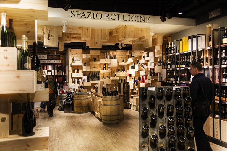 The vast wine section at Eataly supermarket in Turin | © Eataly Torino