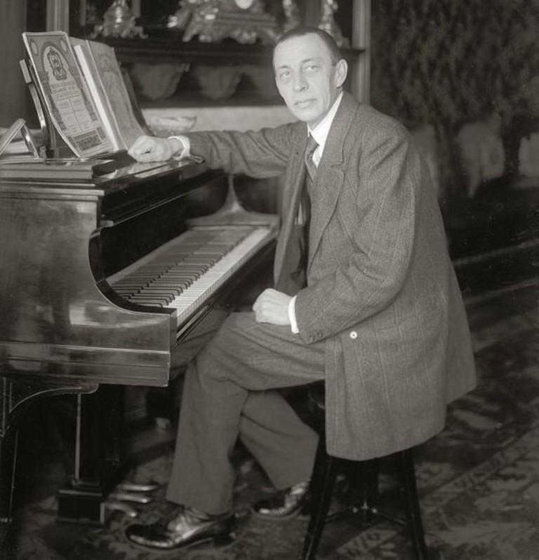 Rachmaninoff_seated_at_Steinway_grand_piano