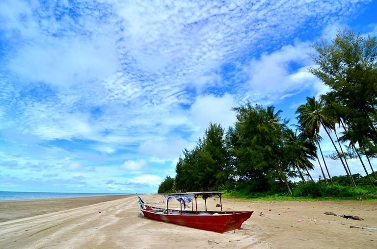 A fishing boat on Sematan Beach, Lundu, Kuching, Sarawak | ©TsieniQ/Shutterstock