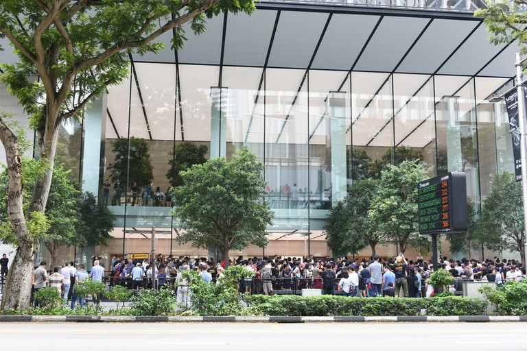 Crowd are queuing and waiting for the new Apple Store opening for the first day at Orchard Road in Singapore | © Tremendous Shots/Shutterstock