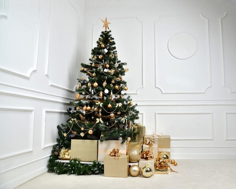 Decorated gold Christmas tree | © Dmitry Lobanov/Shutterstock