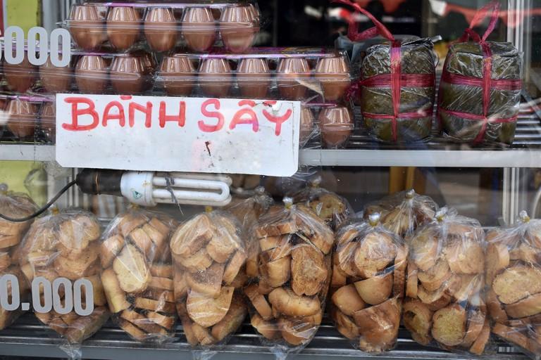 Eggs, crispy bread and Vietnamese sausage | © Matthew Pike