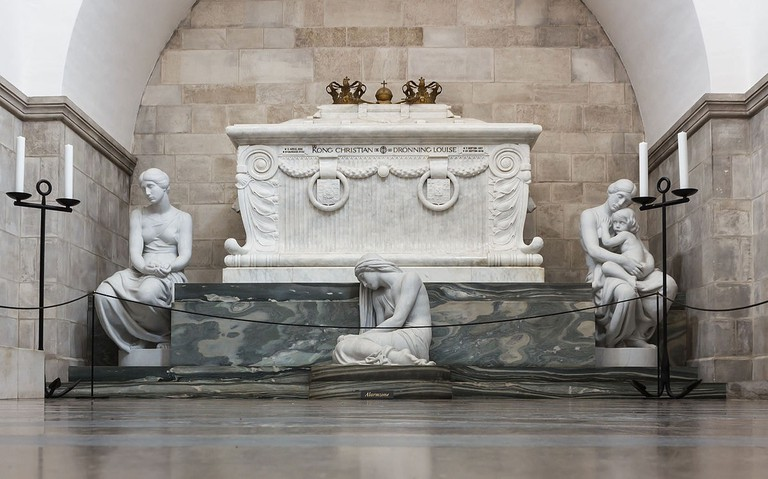 1200px-Tomb_King_Chr_IX_Queen_Louise_2015-04-01-4804