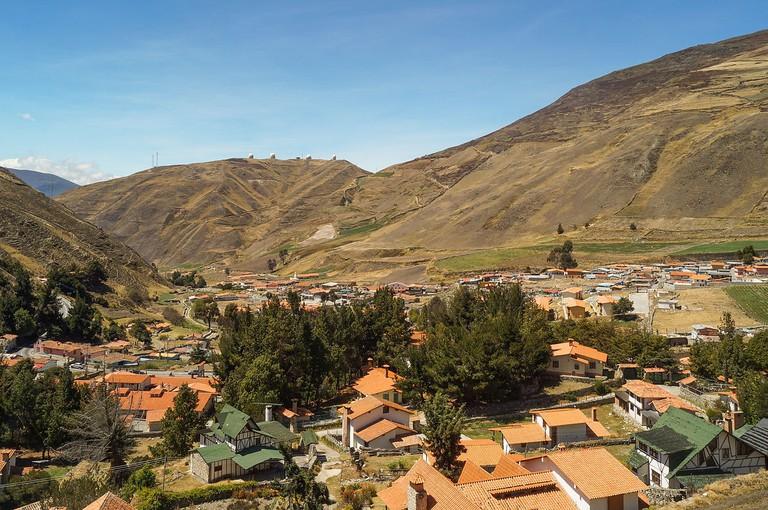 1200px-Vista_del_Pueblo_de_Apartaderos