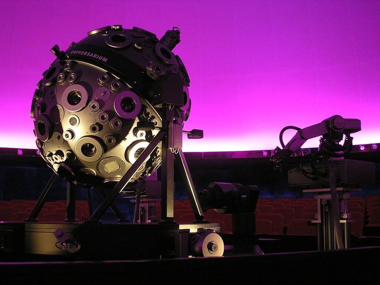 1280px-Universarium_in_Planetarium_Hamburg