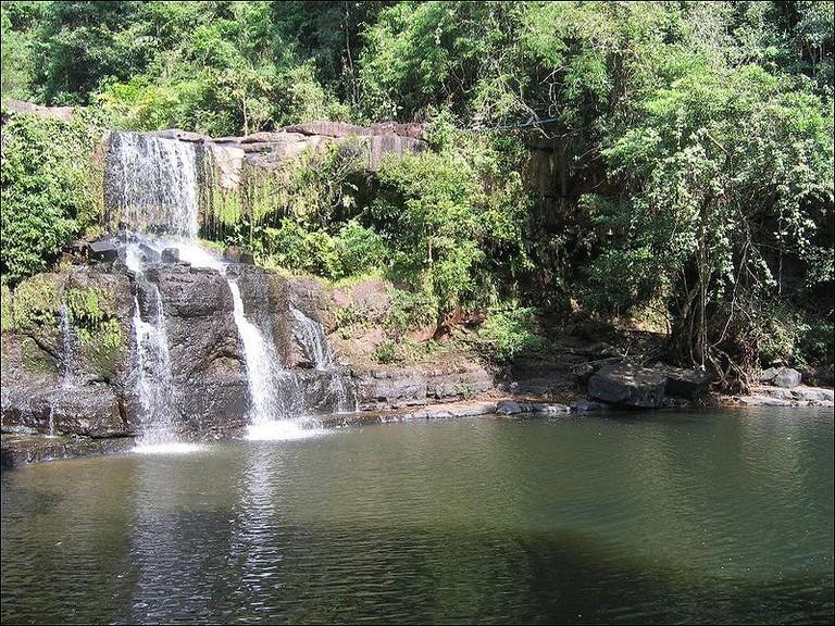 800px-Waterfall_in_Koh_Kut