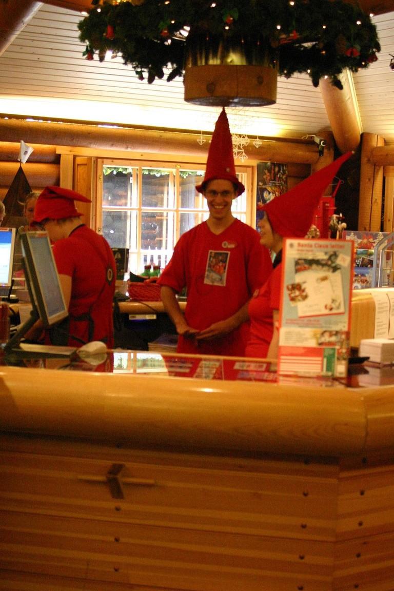 Elves_at_post_office_of_Santa_Claus'_Workshop_Village_(Joulupukin_Pajakyla)_near_Rovaniemi_IMG_2710