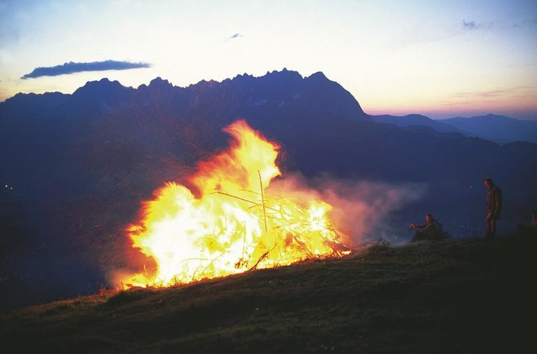 LOWRES_00000024340_Sonnwend-Feuer-vor-dem-Kaisergebirge-in-Tirol_Oesterreich-Werbung_Niederstrasser - Edited