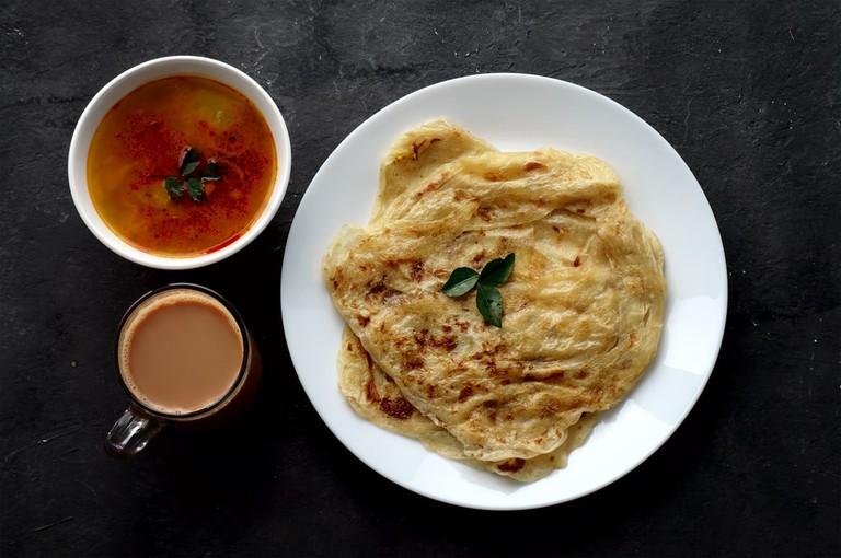 Roti canai, teh tarik and curry | © safriibrahim/Shutterstock