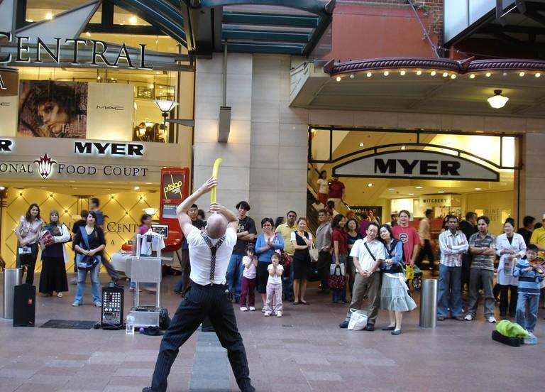 Street performer in Pitt St Mall, Sydney © Soon / Flickr