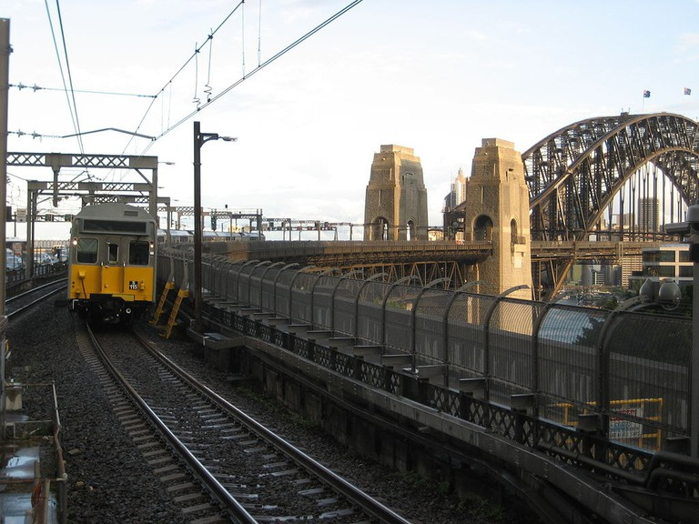 Train crosses the Sydney Harbour Bridge © Dear Edward / Wikimedia Commons