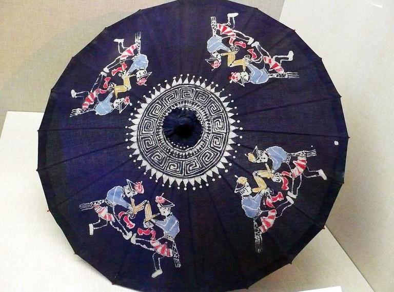 布依族吹笙图蜡染伞