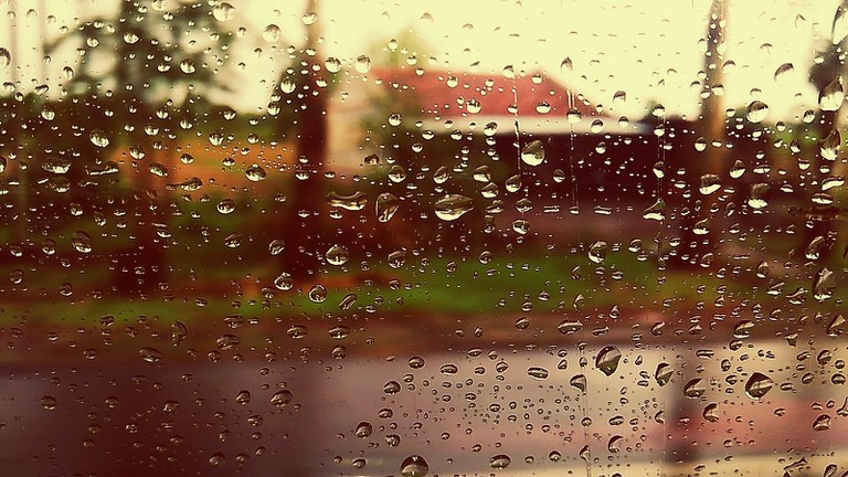 1600px-Water_droplets_on_car_window