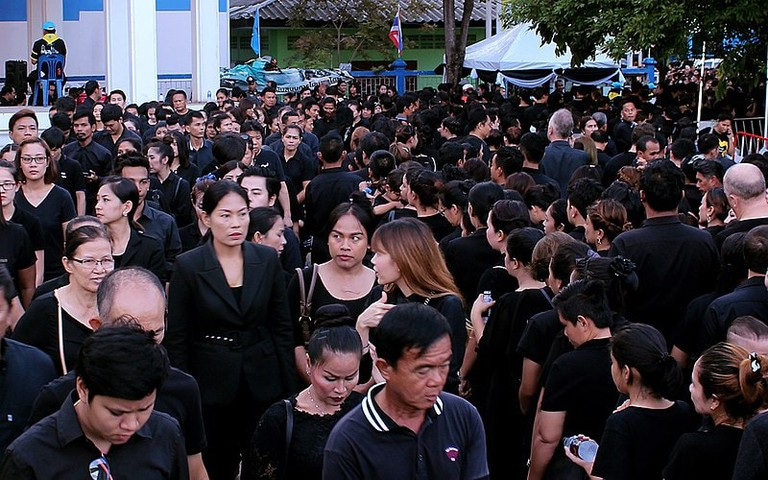 800px-Mourning-for-Bhumibol_queue-for-local-ceremony_20171006_IMG_9770