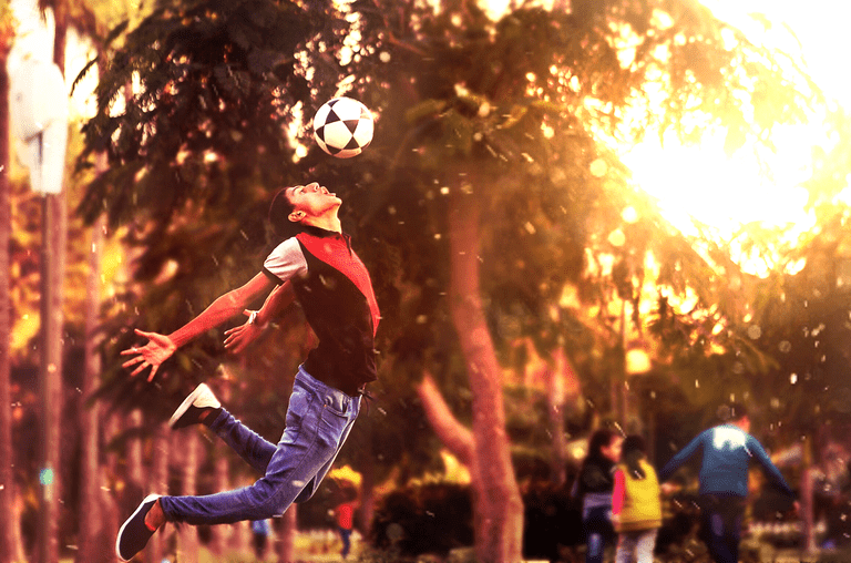 Football in a city park │© Pexels