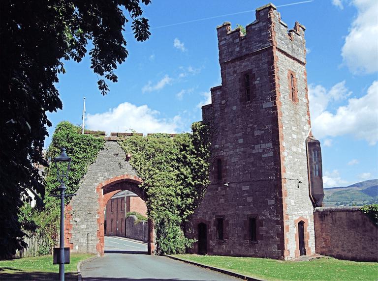 Ruthin Castle Gatehouse|©Jim Linwood/Flickr