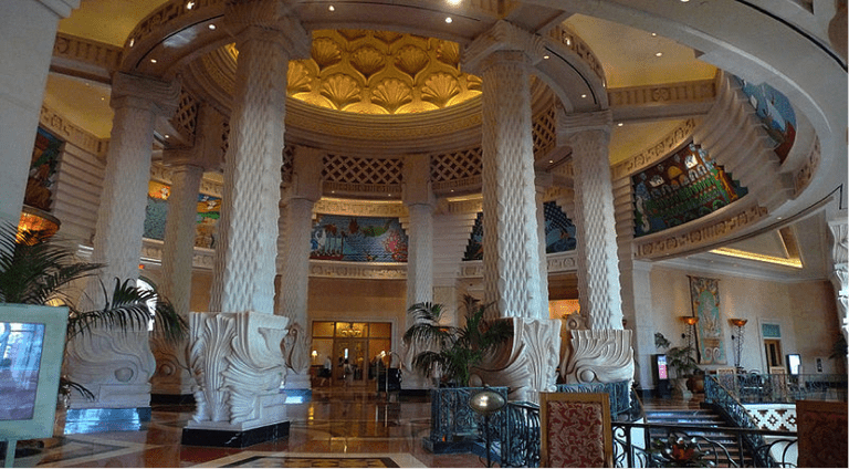 The Atlantis Resort Lobby | © Jerrye and Roy Klotz MD / WikiCommons