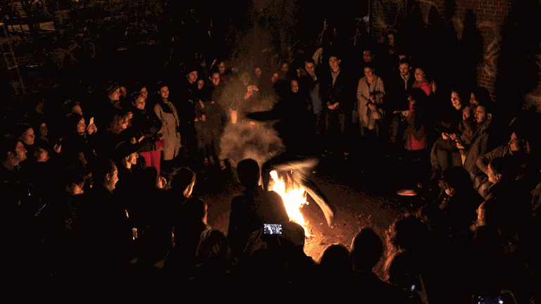 Jumping over the fire for chaharshanbe suri | © Tduk / Wikimedia Commons