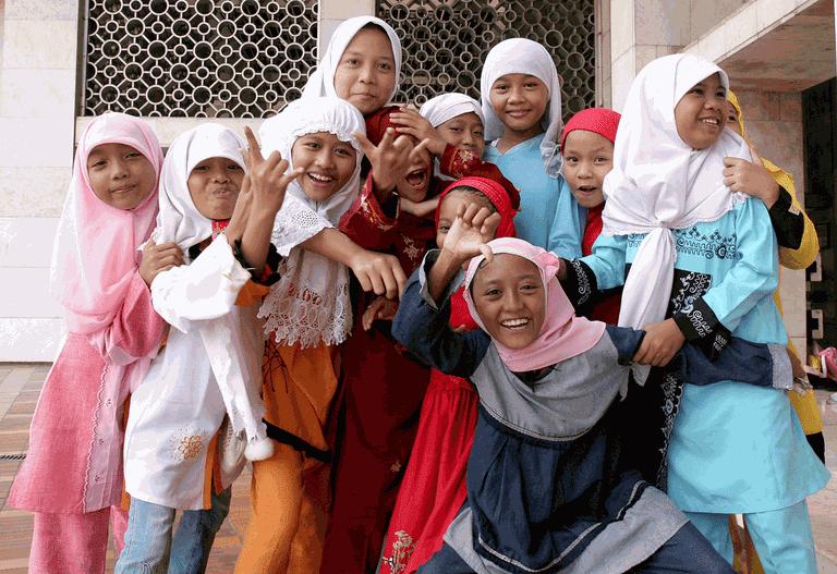 1024px-Muslim_girls_at_Istiqlal_Mosque_jakarta