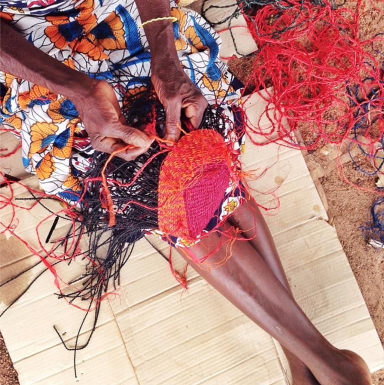 Aninya weaving the Palma clutch | © Akosua Afriyie-Kumi