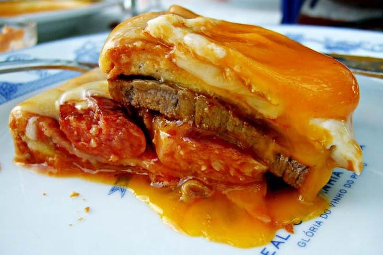 Bread, sausage, steak, cheese, egg... | © Filipe Fortes/WikiCommons