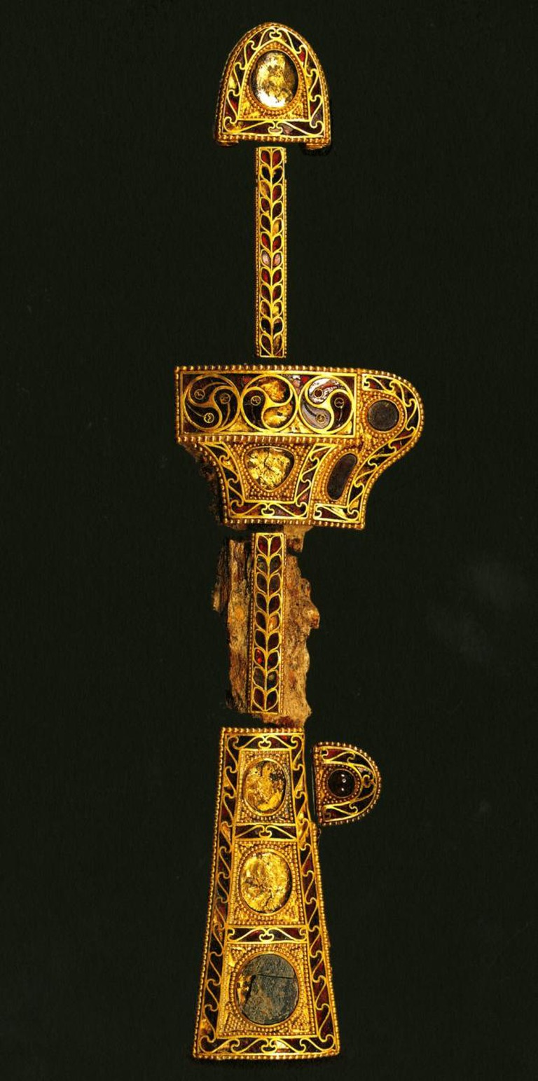 Dagger and sheath. Black Sea area, Central Asia, 5th century. Excavated from Gyerim-ro Tomb no. 14. Gold inlaid with garnet and glass; L. 14 1/4 in. (36 cm) | © Gyeongju National Museum, Korea, Treasure 635