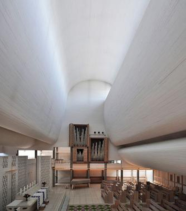 Bagsværd Church, Denmark: interior with altar and organ. Designed by Jørn Utzon.