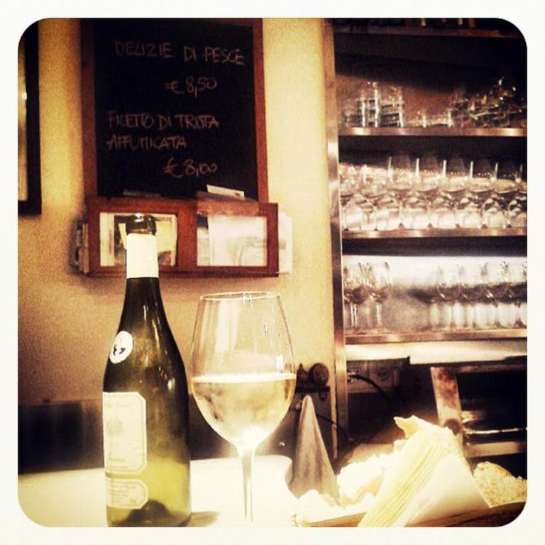A traditional Italian aperitivo at Le volpi e l'uva | © Christian/Flickr