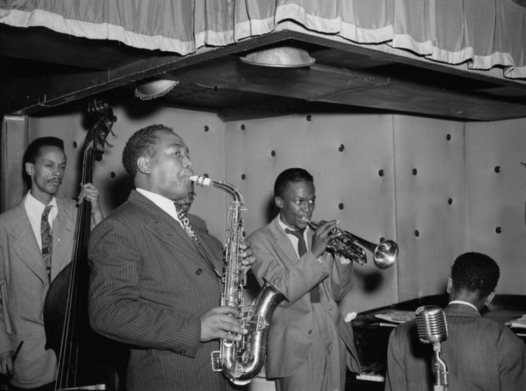 Miles Davis (2nd right) with Charlie Parker, Tommy Potter, Duke Jordan and Max Roach | © United States Library of Congress/WikiCommons