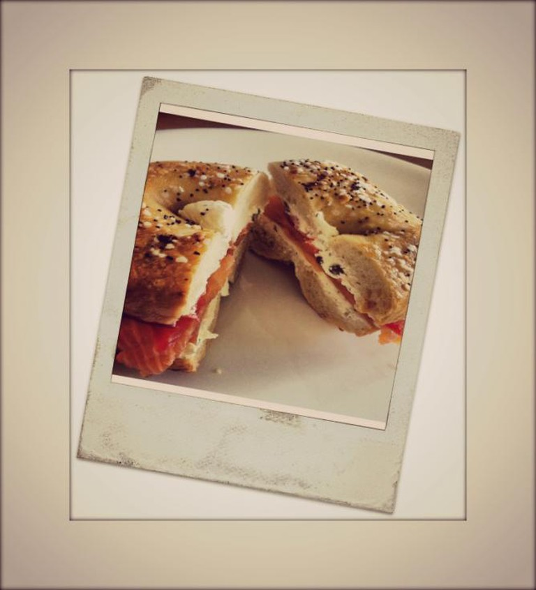 Smoked salmon on an everything bagel with horseradish cream cheese, tomatoes, capers & red onion | © John_Herschell/Flickr