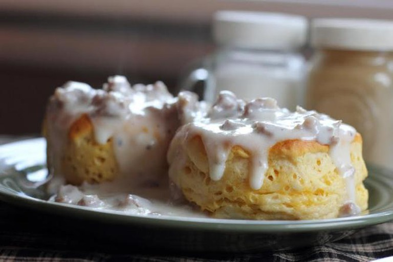 Biscuits and gravy © mcartyv/pixabay
