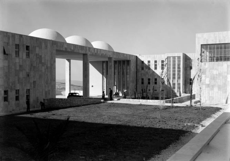 Hadassah Hospital Courtyard, Mt Scopus | © Matson Negatives/Courtesy of WikiCommons