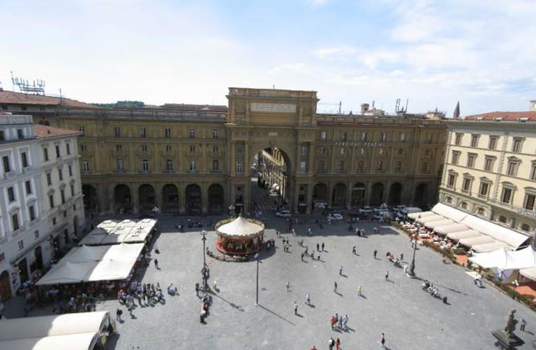 http://upload.wikimedia.org/wikipedia/commons/8/80/Piazza_Repubblica_Firenze_Apr_2008_(1)-Piazza_Repubblica_Firenze_Apr_2008.jpg
