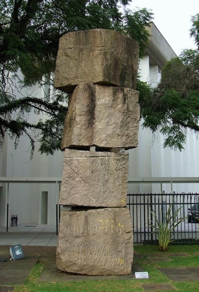 Coluna infinita (1970). Sculpture by Kcho at the Brazilian Museum of Sculpture, São Paulo. © Dornicke / Wikipedia