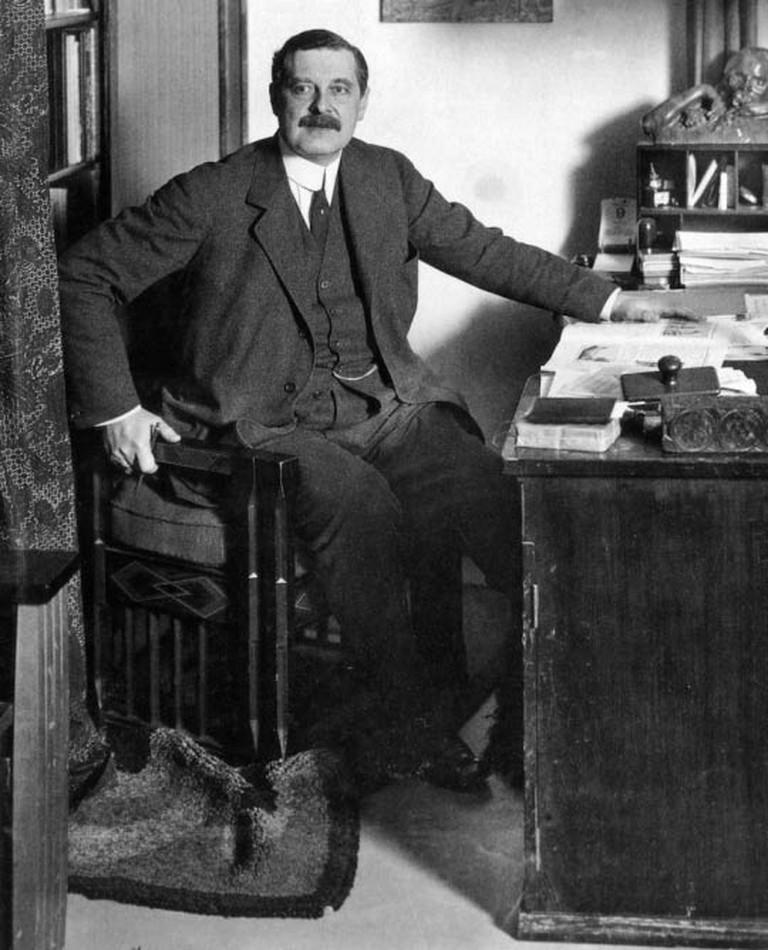 Peter Behrens around 1913 in his office in Berlin