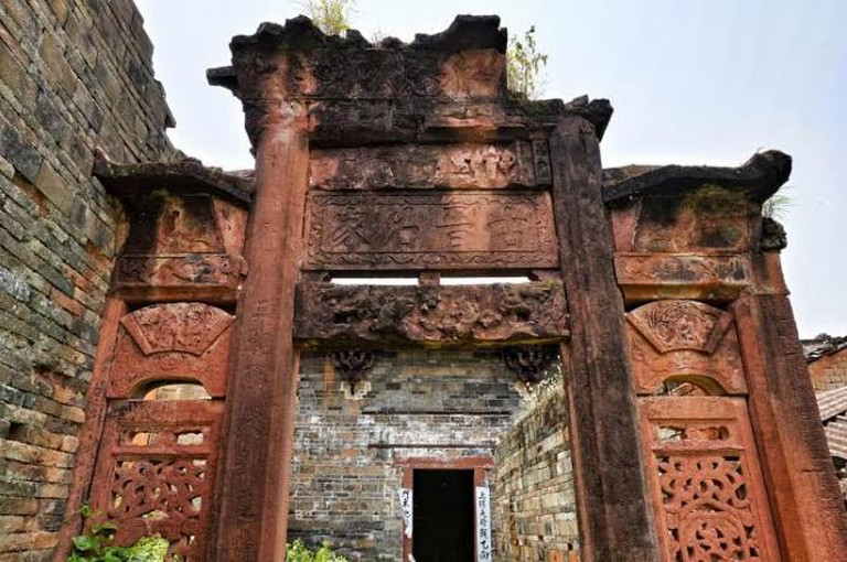 Gate to ancestral temple in ruins in Yuxian village, Guangdong, China © Gaetan Reuse
