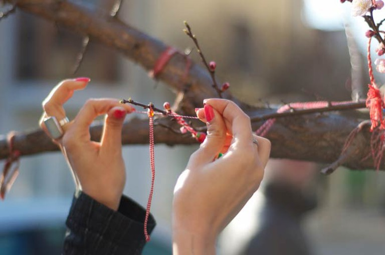 Hanging a Martenitsa to a tree | © Georgi Kirichkov/Flickr
