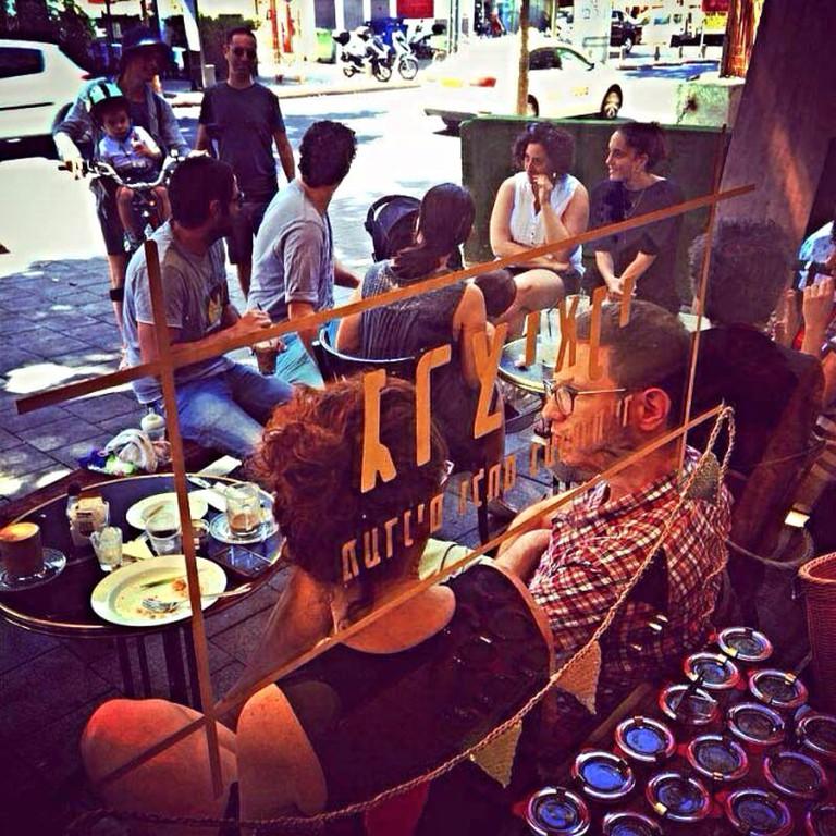 People watching at Grasyani