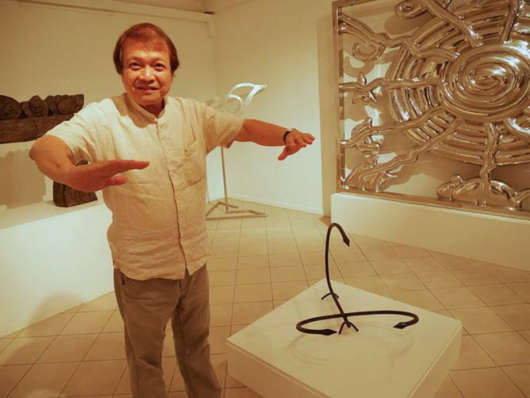 Tan Swie Hian in front of his sculpture of a scorpion at the Tan Swie Hian Museum, Singapore | © Ovilj/WikiCommons