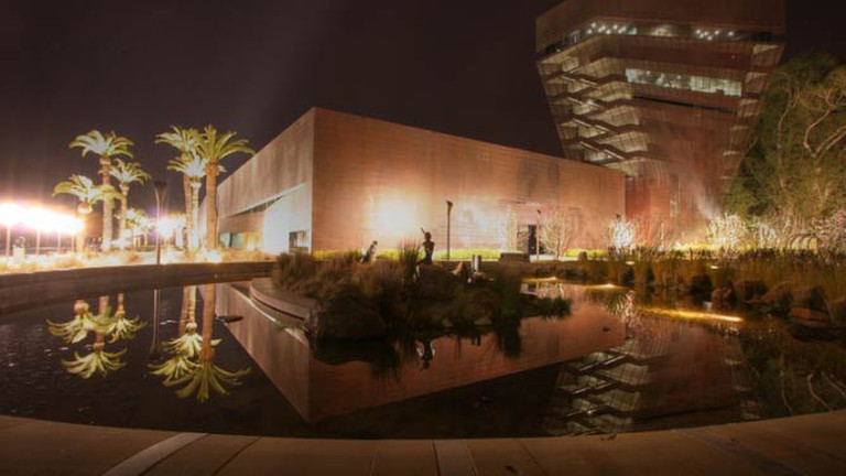 Outside of the de Young Museum at night | © Flickr/Emily Hoyer