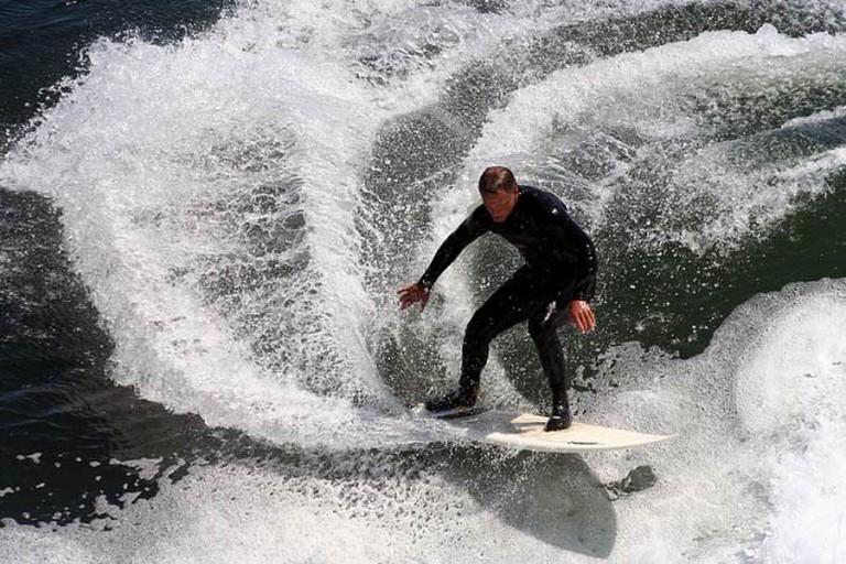 A surfer near Santa Cruz | © Brocken Inaglory/Wikipedia Commons