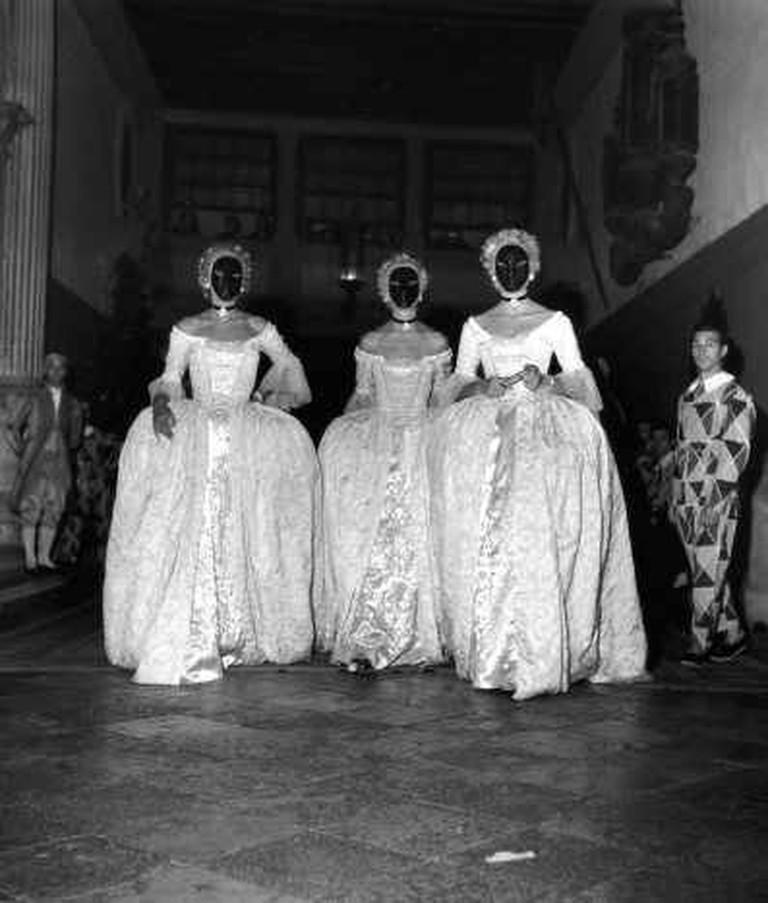 3 Femmes Masquées, 1951- (C) Robert Doisneau