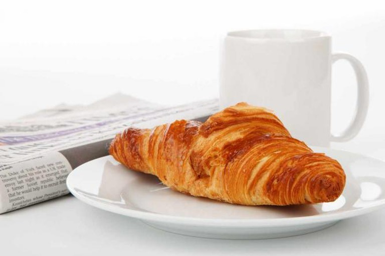 Croissant Newspaper and Tea | © Petr Kratochvil/WikiCommons