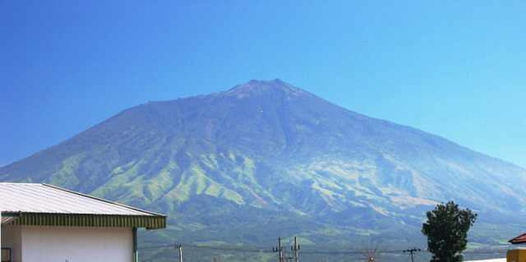 Mount Arjuna on the road to Batu I