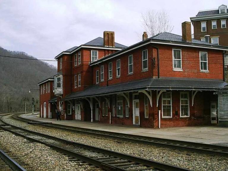 Hinton Train Station | © Christopher Ziemnowicz/WikimediaCommons